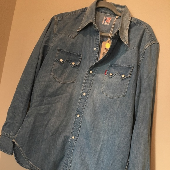 0a8200fff51 LEVI s SAWTOOTH DENIM MEDIUM WASH LONGSLEEVE SHIRT